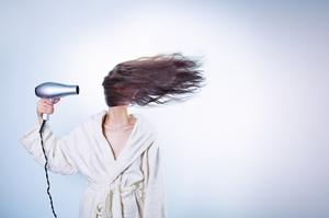 Одной из причин быстрой засаленности волос является неправильный уход за ними