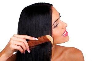 Во время частого загрязнения волос стоит поменять манеру расчесывания
